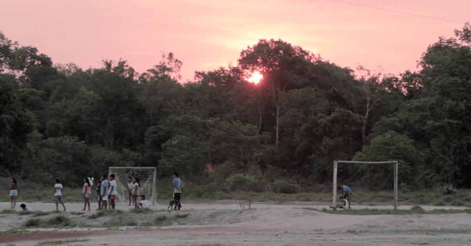 Jovens manokis jogam futebol na Aldeia Cravari durante o fim da tarde de domingo em outubro de 2017