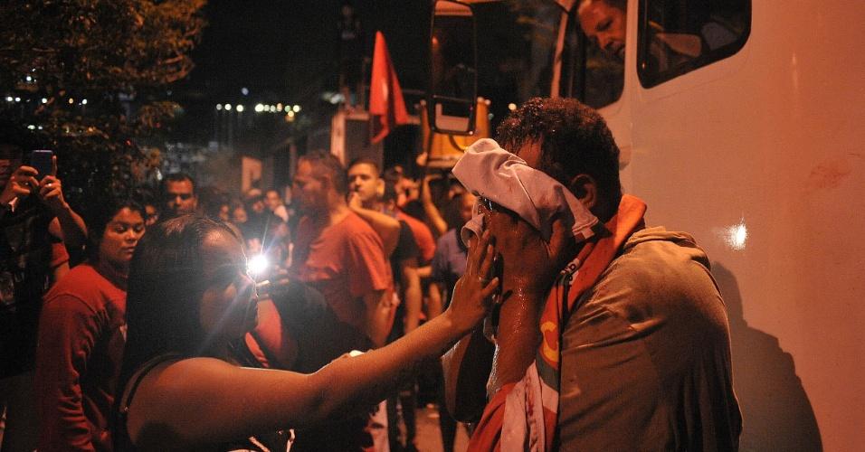 Manifestante ferido após se envolver em briga durante ato contra a ordem de prisão do ex presidente Luiz Inácio Lula da Silva realizado na sede do Sindicato dos Metalúrgicos, em São Bernardo do Campo (SP