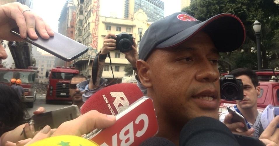1º.mai.2018 - Sargento Diego, do Corpo de Bombeiros de São Paulo, conversa com jornalistas no local do desabamento de um prédio que pegou fogo no centro de São Paulo. Ele ajudava a socorrer um homem no momento em que o edifício em chamas ruiu