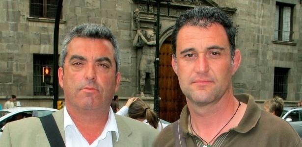 Antonio Barroso e Juan Luis Moreno descobriram que não foram os únicos roubados quando bebês e, desde 2011, tentam ajudar a encontrar os responsáveis pelo escândalo que abala a Espanha - BBC