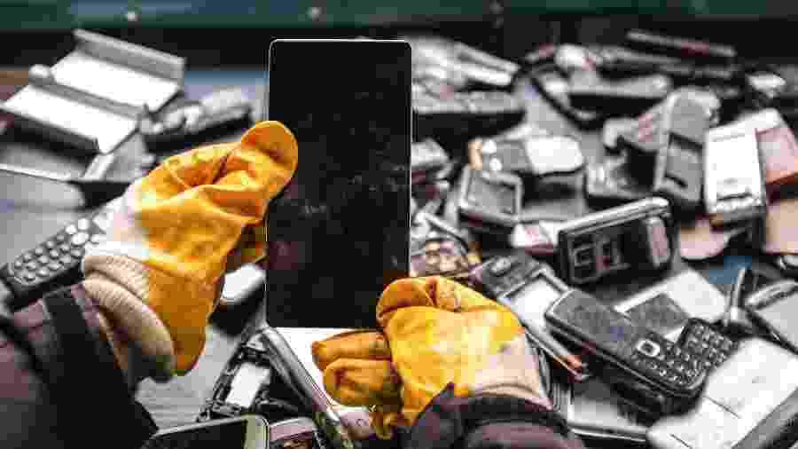 Celular velho, lixo eletrônico - Getty Images