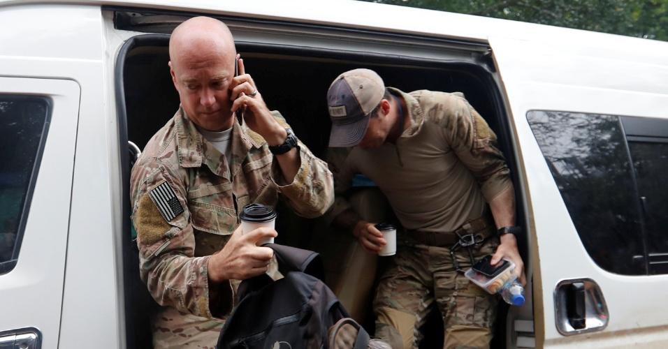 8.jul.2018 - Militares norte-americanos chegam ao complexo de cavernas de Tham Luang para ajudar na operação de resgate ao grupo preso após inundação