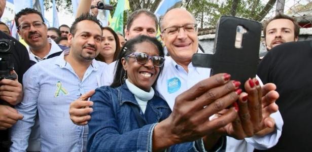 16.set.18 - Alckmin (PSDB) tira foto com apoiadores no Campo Limpo, na zona sul de São Paulo
