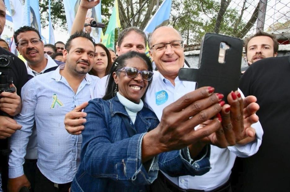 16.set.18 - Geraldo Alckmin (PSDB) tira foto com apoiadores no Campo Limpo, na zona sul de São Paulo