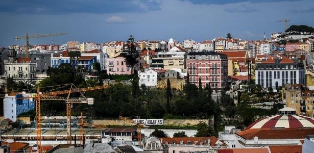 O visto dourado garante residência permanente em Portugal e, depois de seis anos, a possibilidade de cidadania. Para obtê-lo, é preciso investir em imóveis ou na economia de forma geral. Estima-se que a estratégia reaqueceu o mercado, e fez também os preços dispararem - Getty Images via BBC Brasil