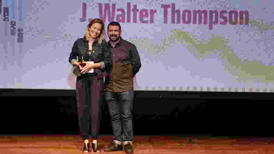 Renata Leão, diretora de criação da agência J. Walter Thompson, e Dudu Lopes, presidente da ABP, durante entrega do prêmio Destaque Profissional da Comunicação - Divulgação