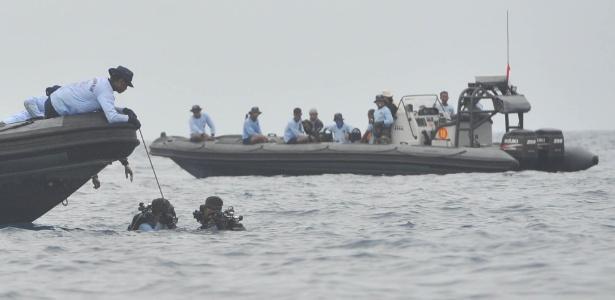 30.out.2018 - Mergulhares e equipes de resgate trabalham para encontrar vítimas de queda de avião na Indonésia
