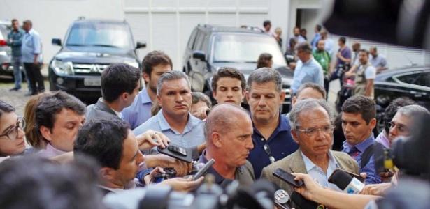 O deputado Onyx Lorenzoni, Gustavo Bebianno, ex-presidente do PSL, e Paulo Guedes, futuro ministro, durante entrevista no Jardim Botânico após reunião com Jair Bolsonaro