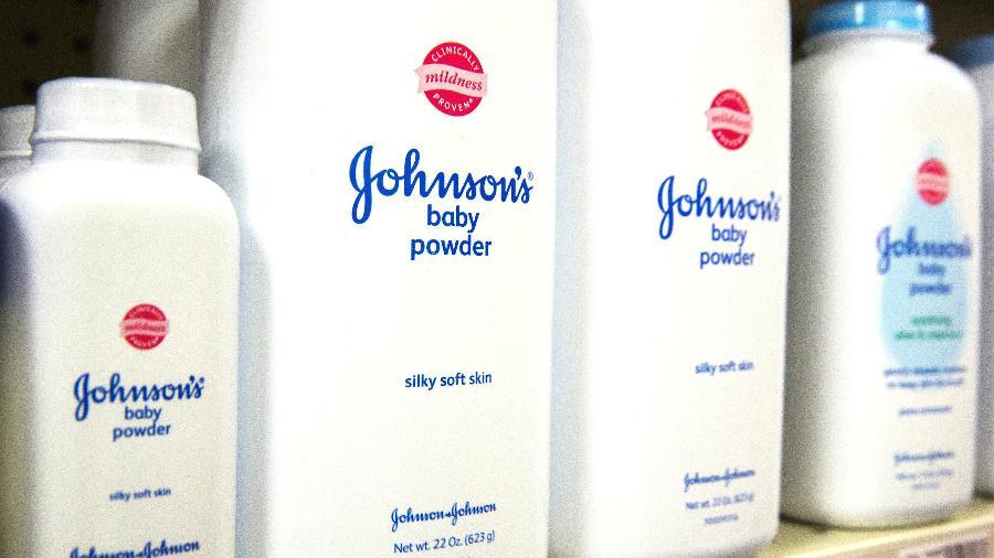 Embalagens de talco Johnson & Johnson na prateleira de uma drogaria em Nova York - Lucas Jackson/File Photo/Reuters