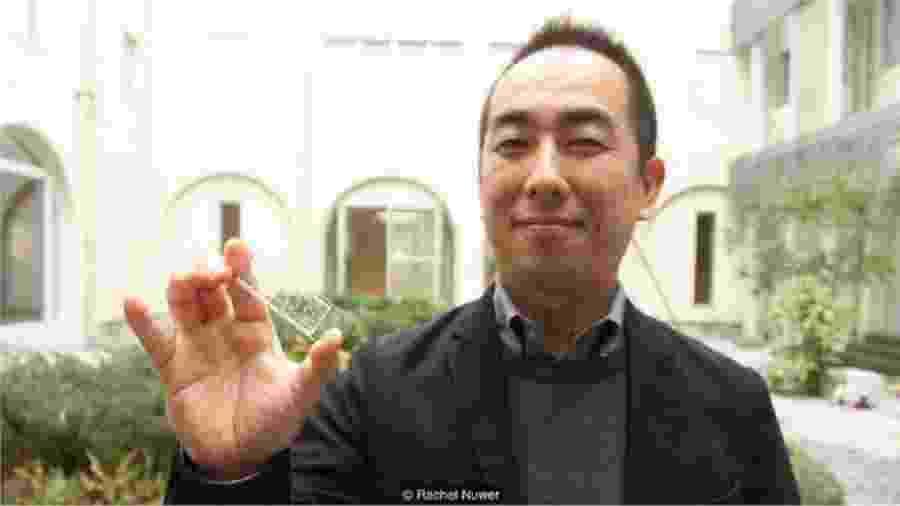 """Ken-Ichiro Kamei segura um dos seus """"corpos em um chip"""" - Rachel Nuwer"""