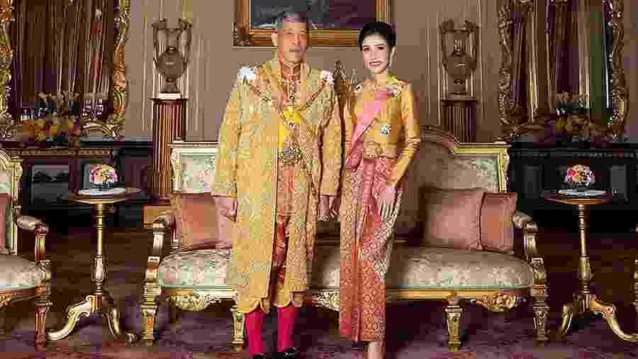 Rei da Tailândia, Maha Vajiralongkorn, ao lado da consorte real, Sineenat Wongvajirapakdi - Casa Real da Tailândia/AFP