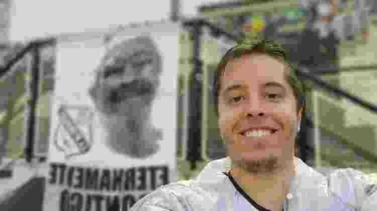 Câmera de selfie da tela interna do Galaxy Fold, celular da Samsung, com desfoque de fundo - Gabriel Francisco Ribeiro/UOL - Gabriel Francisco Ribeiro/UOL
