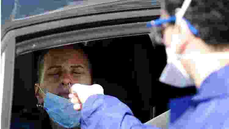 Agente sanitário coleta amostra de motorista na França para testar presença do novo coronavírus - AFP - AFP