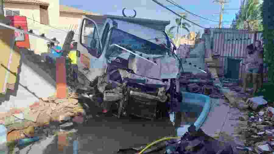 O acidente com o caminhão aconteceu na Alameda Praia de Guaratuba e deixou o trânsito lento na região - Divulgação/Transalvador