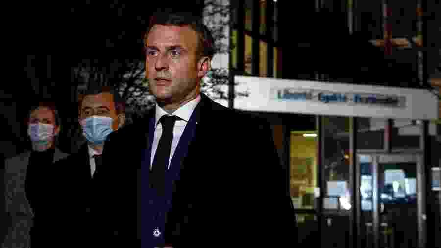 O presidente francês, Emmanuel Macron, ao lado do ministro do Interior Gerald Darmanin, que defende a expulsão de islâmicos radicalizados, alguns já presos - Pool/Reuters