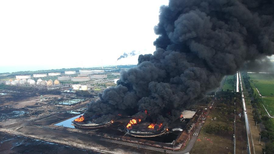 Foto aérea mostra o incêndio na refinaria de Balongan, na Indonésia - Agus Sipur/AFP