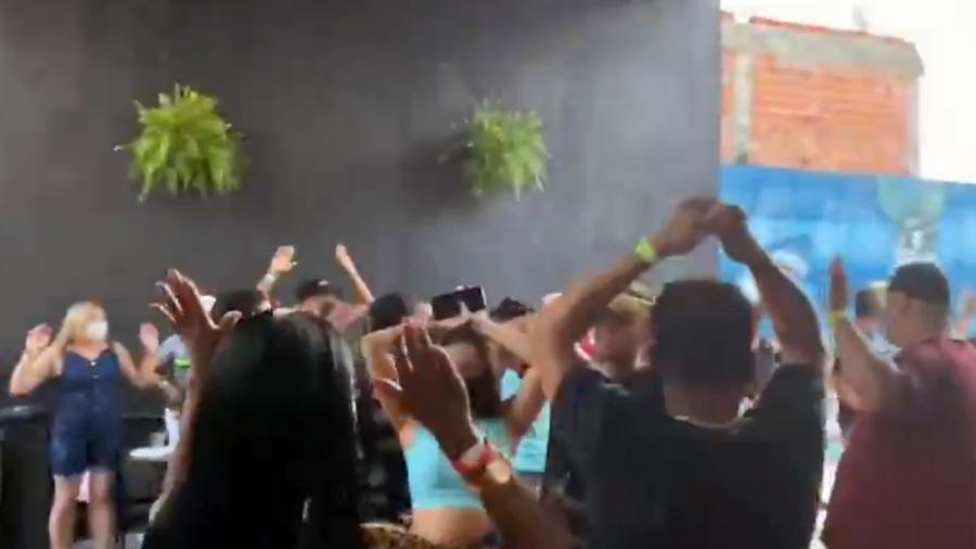 Jovens sem máscara e aglomerados em festa clandestina na zona leste de São Paulo  - Reprodução
