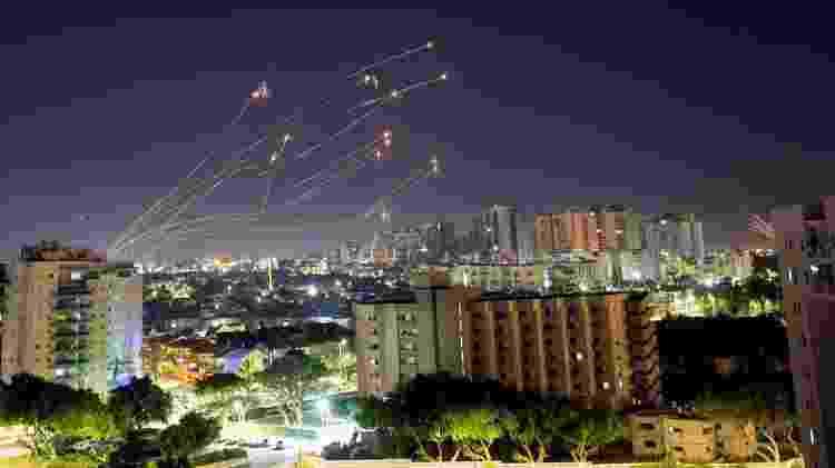 Mísseis do sistema de defesa Cúpula de Ferro de Israel sobem para interceptar foguetes disparados da Faixa de Gaza - Reuters - Reuters