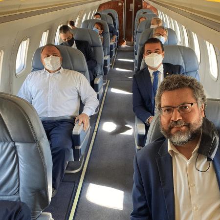 Avião em que viajaram Eduardo Pazuello e Luís Miranda (atrás), alé de Ernesto Araújo (a frente) - Reprodução