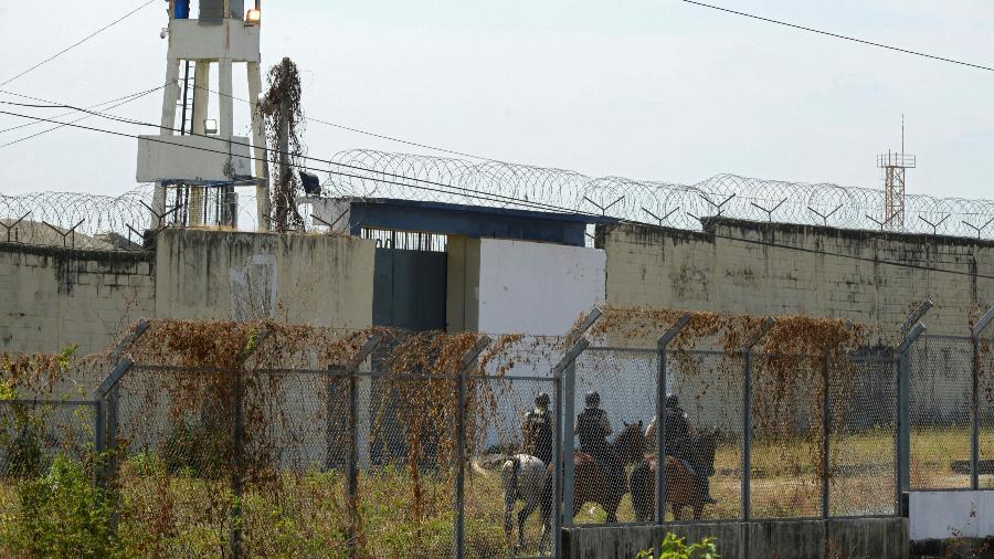 Agentes montados guardam prisão em Guayaquil, no Equador - Fernando Mendez/AFP