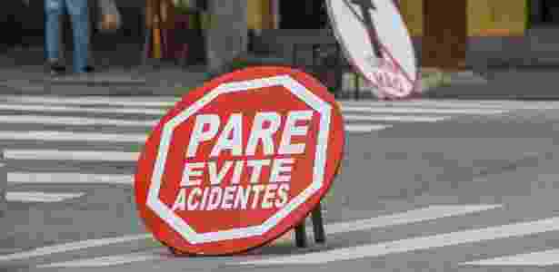 Devido à grande quantidade de acidentes, comerciantes de um bairro na zona norte de SP confeccionaram placas improvisadas para tentar amenizar o problema na região - Marco Ambrósio/Estadão Conteúdo