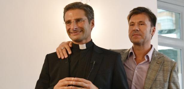 3.out.15 - O padre Krzystof Charamsa e seu parceiro, Edouard - Tiziana Fabi/AFP