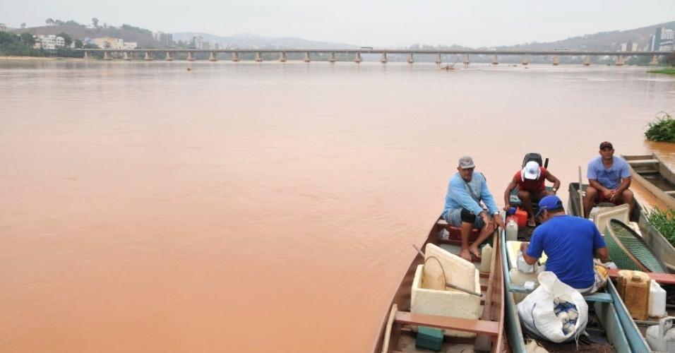 19.nov.2015 - Pescadores de Colatina, no Espírito Santo, tentam retirar peixes em água contaminada pela lama que percorreu todo o curso do Rio Doce desde Minas Gerais.