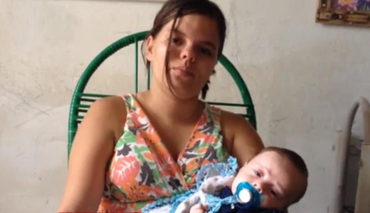 INCERTEZA E ANGÚSTIA - Em Itapetim, no sertão de Pernambuco, mães enfrentam grande angústia por ter que esperar cerca de um mês para que seus bebês tenham diagnóstico definitivo sobre a microcefalia. A demora acontece pela distância de hospitais com médicos para examinar os casos. Valéria Barros, 17, mãe do Arthur, 2 meses, diz estar ansiosa pelos exames, mas que amará seu filho independente do resultado