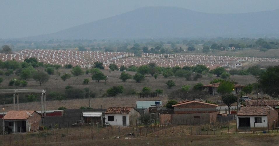O conjunto habitacional Brivaldo Medeiros, no município de Palmeira dos Índios, em pleno sertão alagoano, está abandonado por causa da burocracia e inércia dos órgãos responsáveis