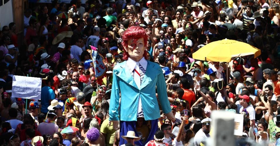 6.fev.2016 - Famoso pelos seus bonecos gigantes, o Carnaval de Olinda, em Pernambuco, homenageia o cantor britânico David Bowie, morto em janeiro, vítima de um câncer, no primeiro dia de folia