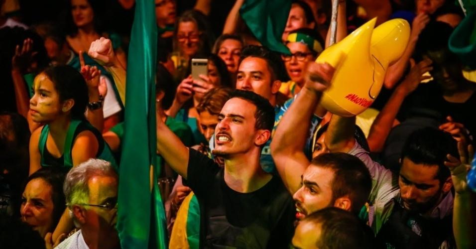 17.mar.2016 - Manifestantes pedem a renúncia da presidente Dilma Rousseff e protestam contra nomeação do ex-presidente Luiz Inácio Lula da Silva como ministro-chefe da Casa Civil, na avenida Paulista, em São Paulo