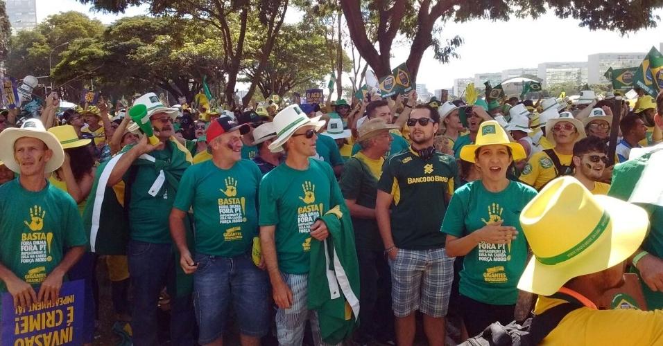 17.abr.2016 - Em Brasília, manifestantes favoráveis ao impeachment da presidente Dilma Rousseff (PT) usam camiseta com mensagens contra o Partido dos Trabalhadores e o ex-presidente Luiz Inácio Lula da Silva, e a favor do juiz Sérgio Moro
