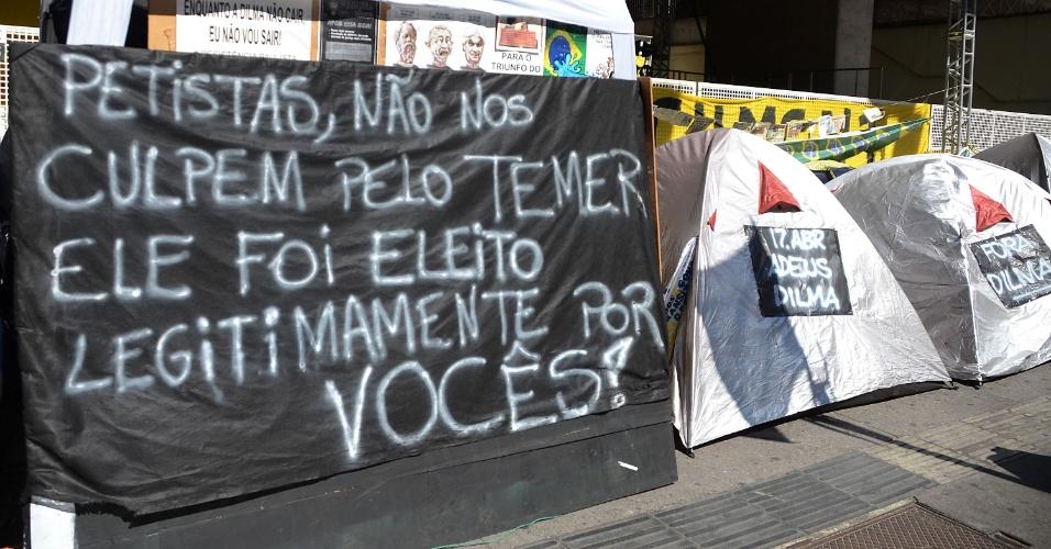 """20.abr.2016 - Integrantes do movimento """"Resistência Paulista"""" seguem acampados em frente ao prédio da Fiesp (Federação das Indústrias do Estado de São Paulo), na avenida Paulista, em São Paulo (SP)"""