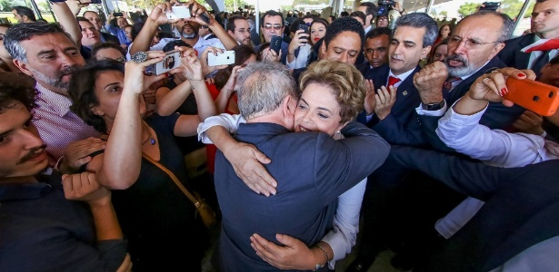 A presidente afastada Dilma Rousseff abraça o ex-presidente Luiz Inácio Lula da Silva