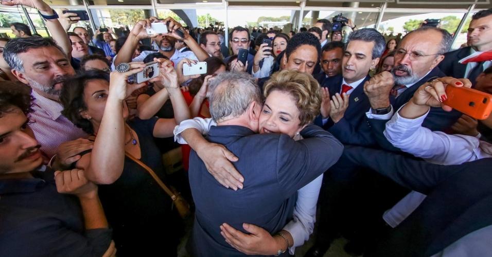 22.mai.2016 - No Dia do Abraço, a presidente afastada Dilma Rousseff faz homenagem ao ex-presidente Luiz Inácio Lula da Silva no Facebook.