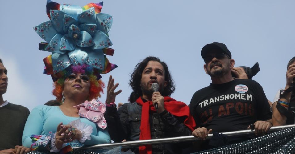 29.mai.2016 - O deputado federal Jean Wyllys (PSOL-RJ) participa da 20ª Parada do Orgulho LGBT, em São Paulo, neste domingo. O deputado aproveitou a ocasião para fazer um discurso em favor dos homossexuais para a multidão