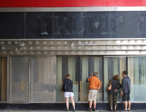2.jun.2016 - Turistas observam pela janela o antigo cassino Trump Plaza, hoje fechado
