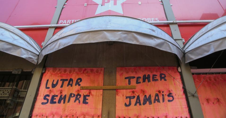 """5.jul.2016 - Tapumes que foram colocados na porta da sede do PT, no centro de São Paulo, amanhecem pichados com as frases """"Lutar sempre"""" e """"Temer jamais"""". Os tapumes foram colocados após atentado que quebrou as portas de vidro na semana passada"""