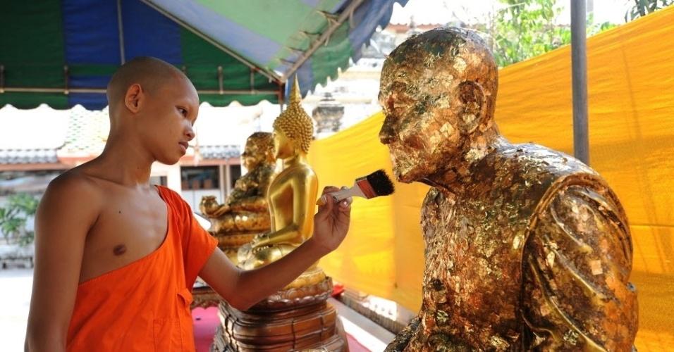 18.jul.2016 - Aprendiz limpa a estátua de Buda antes de comemorar o Khao Phansa, a quaresma budista, em Bancoc, na Tailândia. A data é celebrada ao longo de três meses e começa no primeiro dia após a lua cheia do oitavo mês lunar, caindo no dia 20 de julho este ano. Durante o período da quaresma, monges budistas permanecem nos mosteiros e ficam focados em meditações e orações
