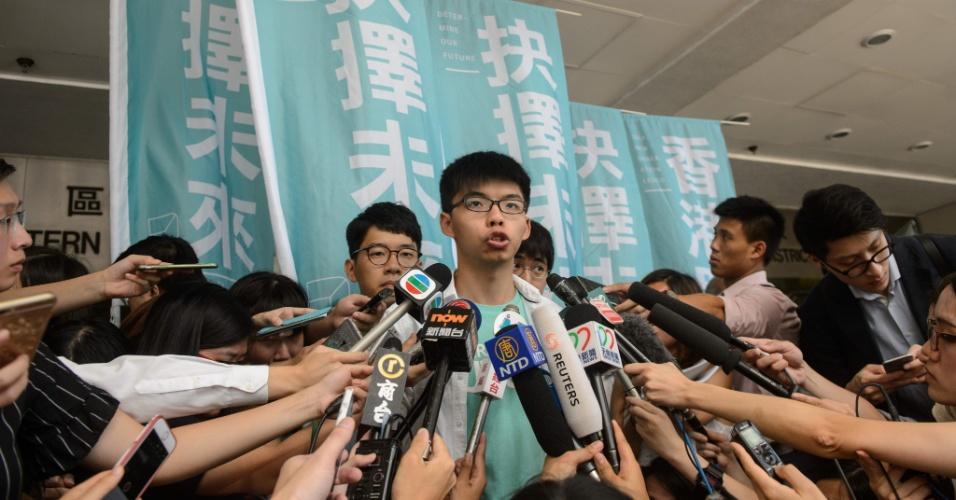 """21.jul.2016 - Joshua Wong, um dos rostos mais conhecidos da """"revolução dos guarda-chuvas"""", o movimento pró-democracia que ocupou as ruas de Hong Kong durante mais de três meses em 2014, dá entrevista após deixar tribunal. Wong foi considerado culpado por """"reunião ilegal"""", mas inocentado do crime de incitar outros a somar-se ao movimento. O jovem, hoje com 19 anos, disse """"não se arrepender de nada"""""""