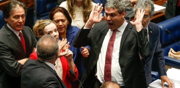 O presidente do senado, Renan Calheiros (PMDB-AL), bate boca com os senadores do PT Lindberg Farias (RJ) e Gleisi Hoffmann (PR)