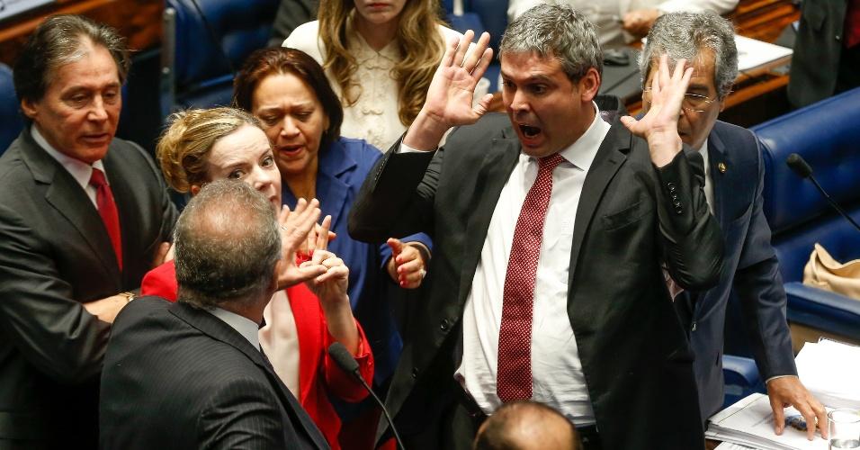 26.ago.2016 - O presidente do senado, Renan Calheiros (PMDB-AL), bate boca com os senadores do PT Lindberg Farias (PT-RJ) e Gleisi Hoffmann (PT-PR), durante a sessão para votação do julgamento final do processo de impeachment da presidente afastada Dilma Rousseff, no plenário do senado, em Brasília. A sessão foi suspensa temporariamente após a discussão. A reunião de hoje destina-se a oitiva das testemunhas da defesa de Dilma
