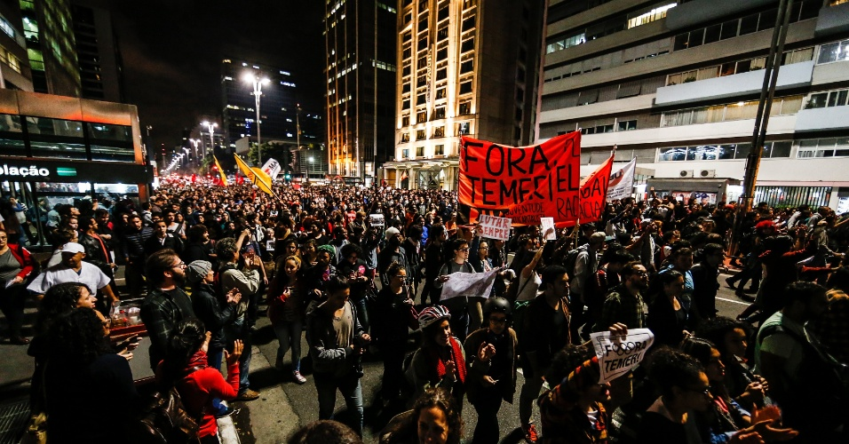 31.ago.2016 - Manifestantes protestam na Avenida Paulista contra o impeachment da ex-presidente Dilma Rousseff. Dilma foi condenada nesta quarta-feira (31) pelo Senado no processo de impeachment por ter cometido crimes de responsabilidade na condução financeira do governo. O impeachment foi aprovado por 61 votos a favor e 20 contra