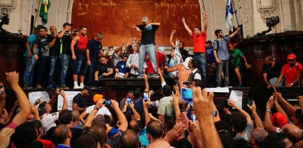 Policiais invadiram o plenário da Alerj e quebraram a mesa da Presidência da Casa