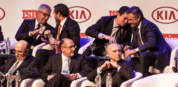 """O presidente Michel Temer no início de evento em que foi premiado pela revista """"IstoÉ"""", ao lado do governador Geraldo Alckmin; atrás deles, o juiz Sergio Moro conversa com o senador Aécio Neves"""