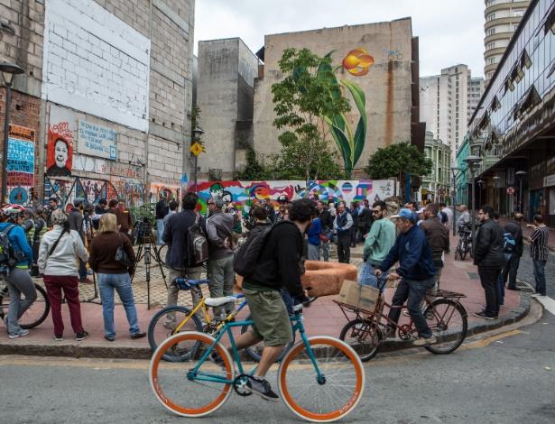 Inauguração da Praça de Bolso do Ciclista, em 2014, que iniciou o processo de revitalização da rua São Francisco (à direita)