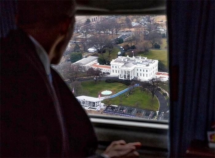 20.jan.2017 - O ex-presidente dos EUA Barack Obama observa de dentro do helicóptero a Casa Branca, nesta sexta-feira (20), em Washington DC