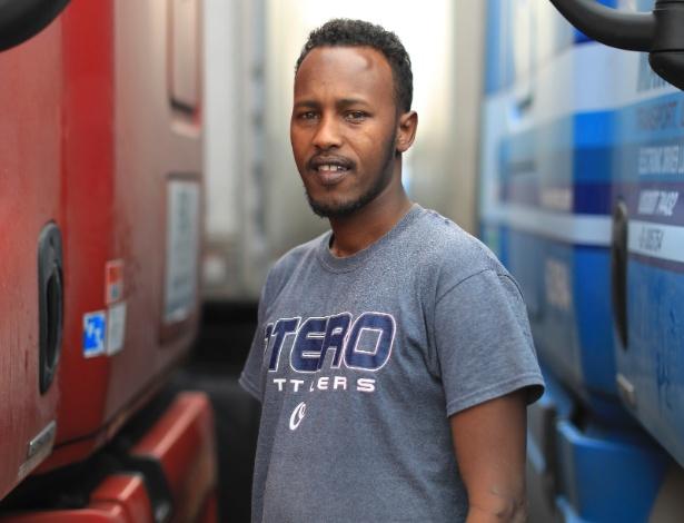 Mohamed Sharif, refugiado somali que hoje trabalha como motorista de caminhão, em parada em Turlock (Califórnia)