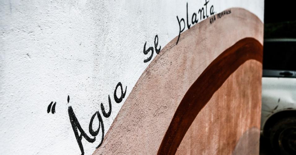 17.mar.2017 - A frase na parede de entrada do sítio é um lembrete para uma das principais preocupações ambientais na Ilha do Bororé, que é uma região de mananciais, riachos e rios, importante abastecedora de água