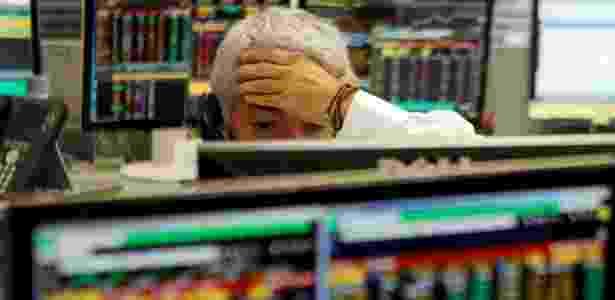 Operador de corretora em São Paulo na quinta-feira, dia em que a Bolsa despencou - Paulo Whitaker/Reuters